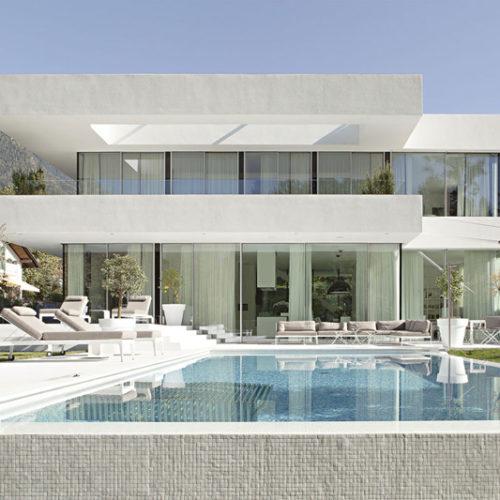 Fachada-de-moderna-casa-de-dos-pisos-con-piscina